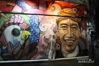 Mural bergambar presiden Jokowi menjadi favorit pengunjung di sini.