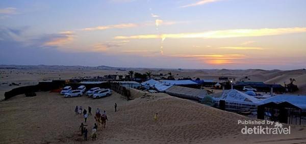 Pemandangan secara menyeluruh salah satu lokasi safari padang pasir di Gurun Al-Kharim Abu Dhabi