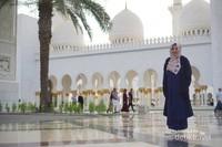 Pemandangan di depan areal Sheikh Zayed Mosque