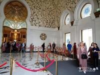 Arsitektur bagian dalam masjid, terlihat beberapa pengunjung yang mengenakan abaya yang disediakan oleh pengelola masjid.