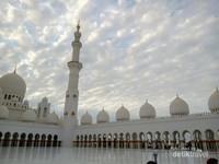 Tampak kubah masjid dengan berbagai ukuran.