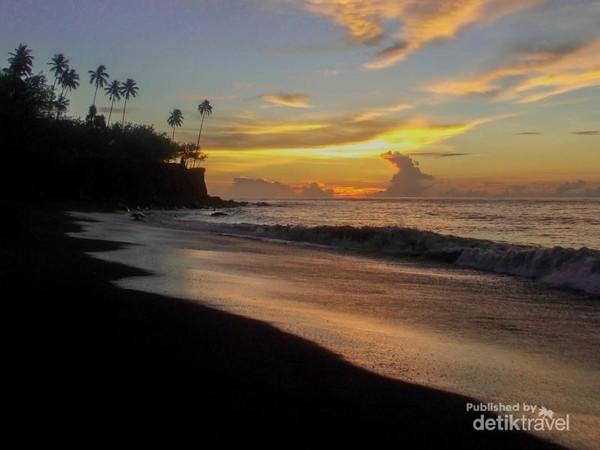 Sunset di pantai dekat Danau Tolire Kecil