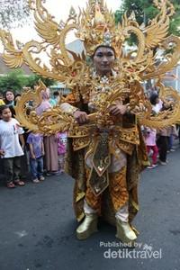 Salah satu peserta karnaval , perhatikan detail pakaian dari mulai sepatu sampai topi , terbayang beratnya kostum ini.