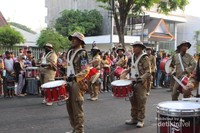 Barisan drumband mengawali karnaval.