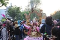 Kerumunan warga mendekati peserta , sehingga membuat perjalanan peserta karnaval tersendat.