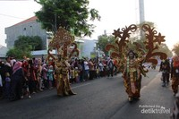 Kostum yang dipakai di karnaval ini sangat unik dengan berbagai bentuk dan warna.