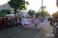 Beberapa negara sahabat juga berpartisipasi dalam karnaval kali ini , seperti yang tengah melintas ini adalah perwakilan dari Thailand.