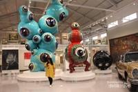 Patung ikonik floating Eyes karya wedhar Riyadi menempati ruang tengah museum.