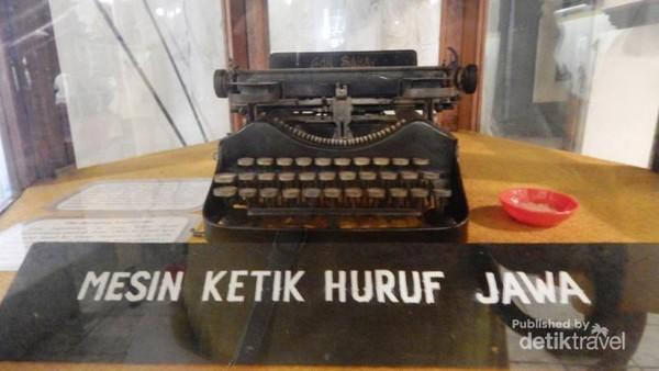 Salah satu koleksi museum . mesin tik huruf jawa.
