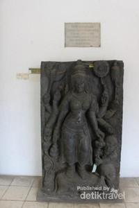 Patung yang ada di bagian depan museum.