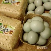 Telur asin dikemas besek isi 10 butir