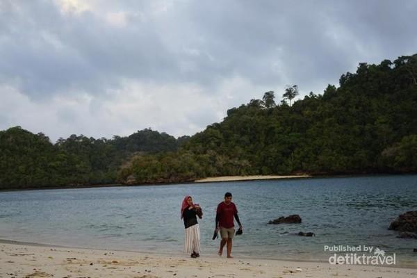 Salah satu pantai di Malang yang anti bocor kalau di foto.
