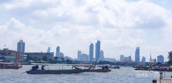 Sungai Chao PhrayaFoto diambil dari atas Boat menuju Golden Palace dari Wat Arun