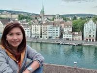 Spot cantik untuk berfoto berlatar Old Town Zurich dan Sungai Limmat dari ketinggian