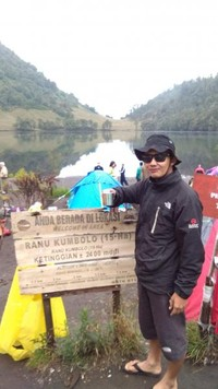 Berfoto di papan nama Ranu Kumbolo.