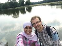 Berfoto sejenak bersama suami dengan latar danau yang ada di area taman nasional