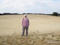 Selain bersepeda, kita juga bisa berjalan-jalan mengelilingi area padang pasir yang ada di lokasi ini