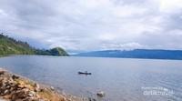 Nelayan yang berlabuh ke tepi Danau Toba.