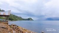 Danau Toba saat berkabut.