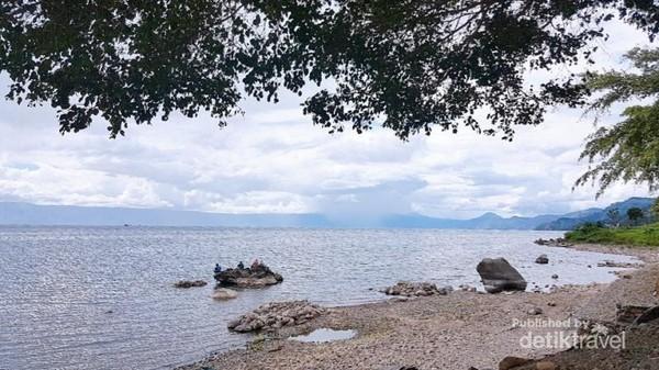Danau Toba dengan airnya yang tenang.