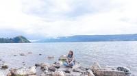 Danau Toba dikelilingi perbukitan yang asri.