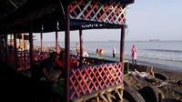 Sepanjang garis pantai sudah tersedia sarana bersantai berbentuk saung, dilengkapi dengan hammock dan spot foto. Area pantai penuh pepohonan rindang