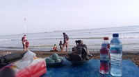 Sambil bersantai, sambil mengawasi anak anak bermain di pantai. Kapan terakhir kamu kayak gini?