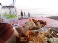 Sambil menunggu senja, wisata kuliner khas pesisir bisa menjadi pilihan, sambil menikmati semilir angin pantai
