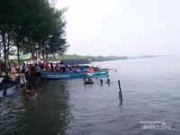 Perahu nelayan siap mengantar bertualang ke tengah laut, menyusuri bibir Pantai Pulo Kodok yang eksotis