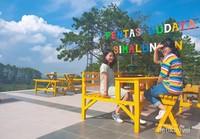 Menikmati pemandangan perbukitan dan Danau Toba dari pentas budaya ini pun sangat menyenangkan.