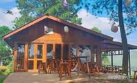 Tersedia kafe bertema kayu yang menyajikan berbagai olahan kopi.
