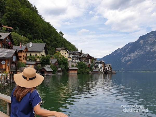 Keindahan desa Hallstatt sejauh mata memandang berlatar belakang danau dan gunung