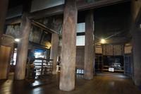 Kuil ini dikenal dengan panggung kayunya yang menjorok keluar dari hall utama