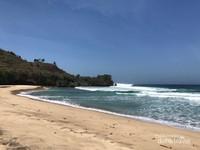 Pantai Ngantep dengan pasir putih yang cukup bersih dan deburan ombak yang cukup kencang.