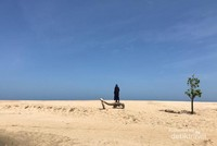 Gundukan pasir putih Pantai Ngantep yang tampak seolah padang pasir dilihat dari arah darat