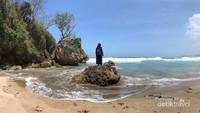Ujung timur Pantai Ngantep dengan reruntuhan dan pecahan batu karang yang artistik