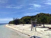 Garis pantai Pulau Kanawa yang putih bersih