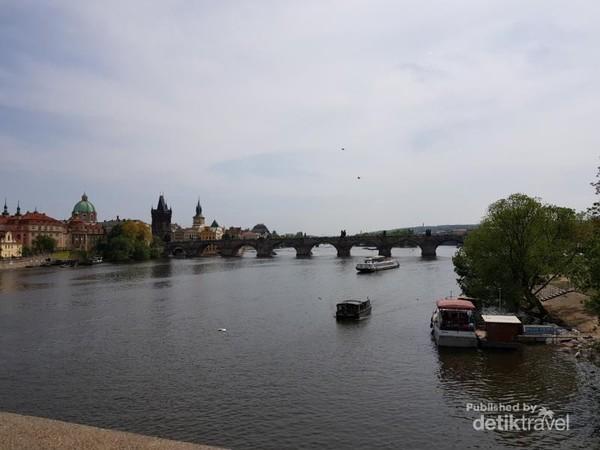 Charles Bridge - menghubungkan antara Prague Castle dengan old town