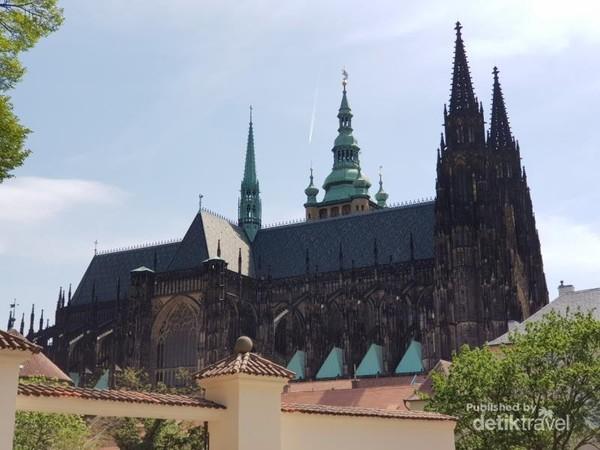 Prague Castle yang dibangun dari abad ke 9