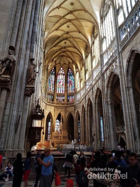Interior dan arsitektur dalam gereja