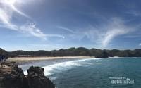 Pesona air laut yang cukup jernih di Pantai Srau