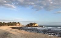 Keindahan Pantai Klayar dalam terpaan matahari senja.