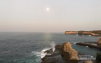 Pesona seruling laut Pantai Klayar yang menampakkan pancaran air laut dan bunyi seperti suling.