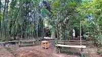 Kursi-kursi bambu banyak tersedia untuk melepas lelah