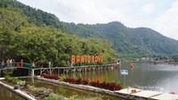 Kawasan yang seperti danau digunakan juga oleh pengunjung mendayung sampan