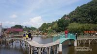 Jembatan yang dirancang berliku-liku menambah keasyikan pengunjung