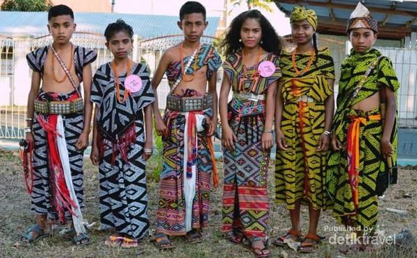Siswa-siswi sedang berpose menggunakan kain tenun khas Timor Tengah Selatan.
