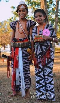 Senyuman khas anak-anak pene selatan dalam balutan kain tenun.