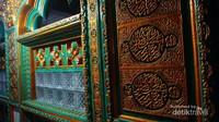 Detail bangunan bertuliskan kaligrafi yang dibuat oleh para santri menghiasi tiap dinding dan langit bangunan ini.