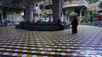 Meski merupakan tempat menimba ilmu keagamaan, namun tempat ini terbuka untuk umum. Bahkan terdapat lantai khusus yang menjual makanan dan berbagai barang yang dikelola oleh santri.